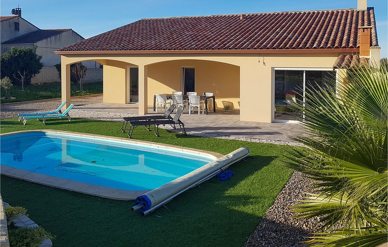 Stunning home in Quarante with Outdoor swimming pool, WiFi and 3 Bedrooms (FLH34, holiday rental in Creissan