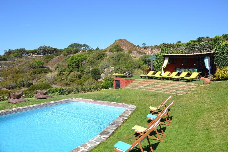 Biscaia Villa Sleeps 15 with Pool and Air Con - 5827664, casa vacanza a Azoia