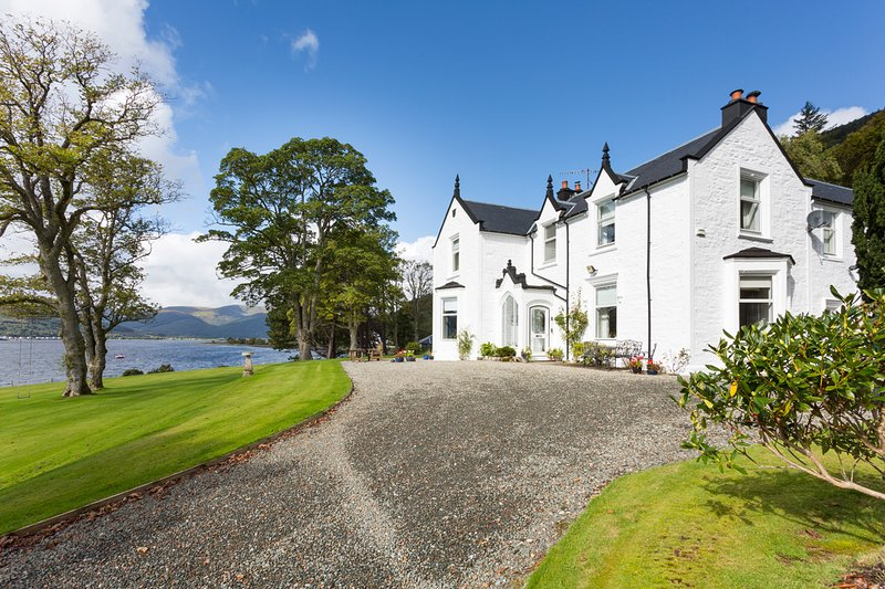 Kilmun Chateau Sleeps 17 - 5680980, holiday rental in Rosneath