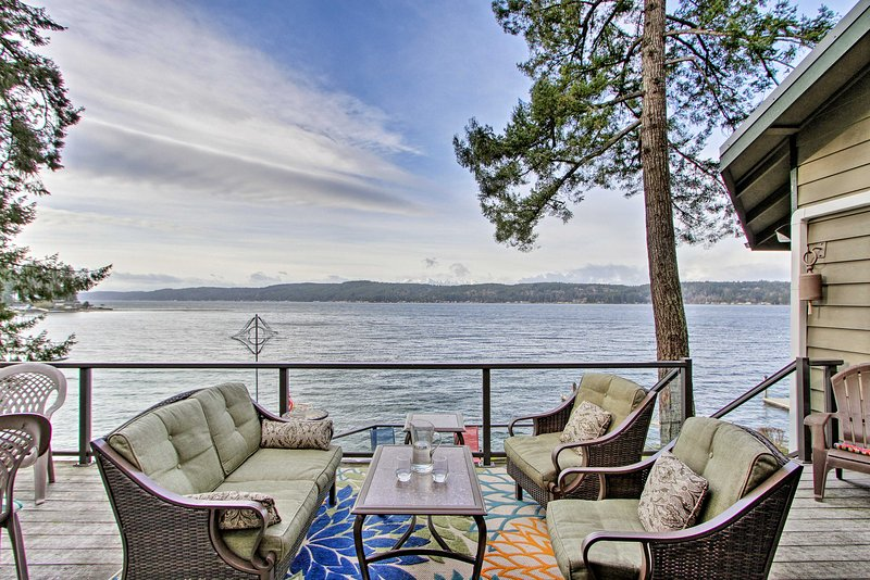 NEW! Waterfront Home on Hood Canal: Hot Tub & Dock, vacation rental in Belfair
