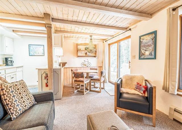 Updated Getaway w/ Ski Storage - Walk to Lifts at Taos Ski Village, alquiler de vacaciones en Taos Ski Valley