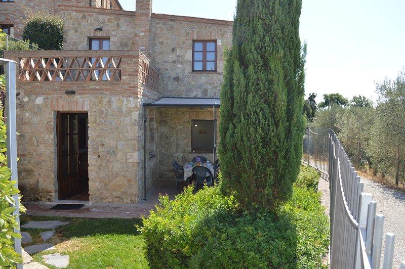 Casa con giardino privato nelle Crete Senesi, holiday rental in Bollano