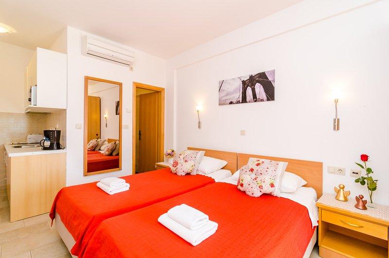 Apartments Subrenum - Standard Studio Apartment with Terrace and Sea View (S3), location de vacances à Srebreno
