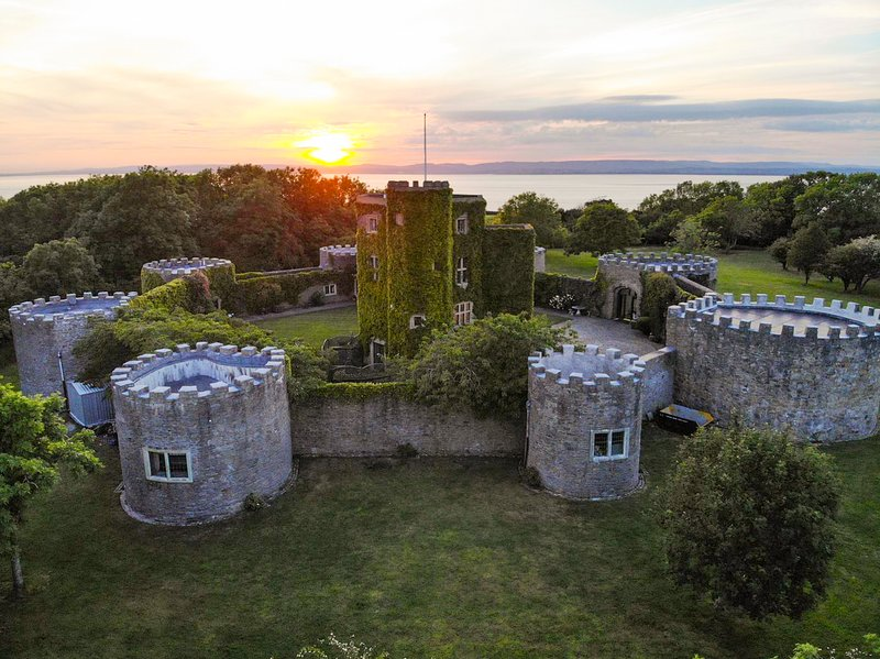 Clevedon Chateau Sleeps 16 with Pool - 5217607, location de vacances à Portishead