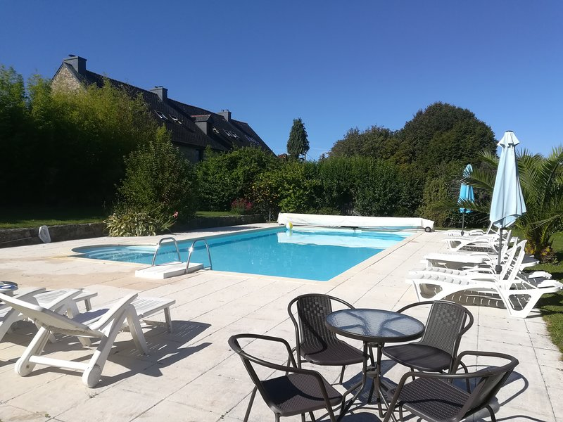 Keranmeriet F set in 100 acres, beach 15 mins drive, heated Pool, near Pont Aven, alquiler de vacaciones en Melgven