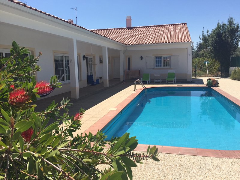 Spacious villa with swimming-pool, Ferienwohnung in Vila Nova da Barquinha