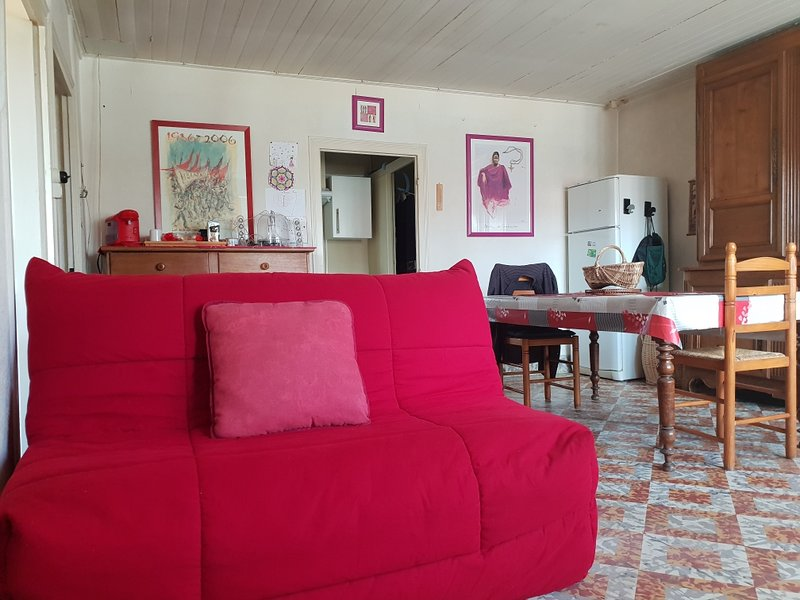 Amazing house with shared pool, location de vacances à Moissey