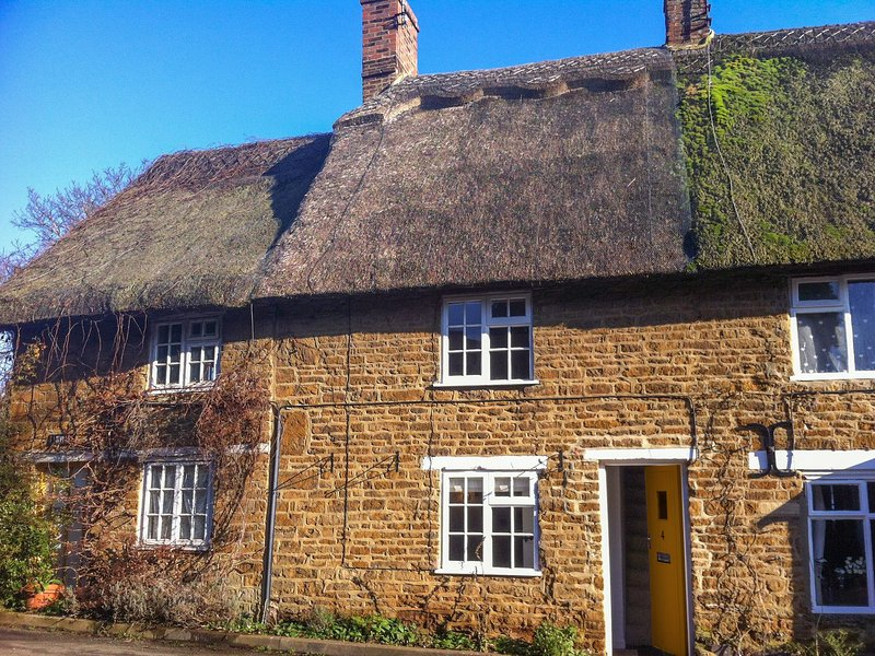 HOOKY COTTAGE, perfect for couples with one child, Hook Norton, casa vacanza a Great Tew