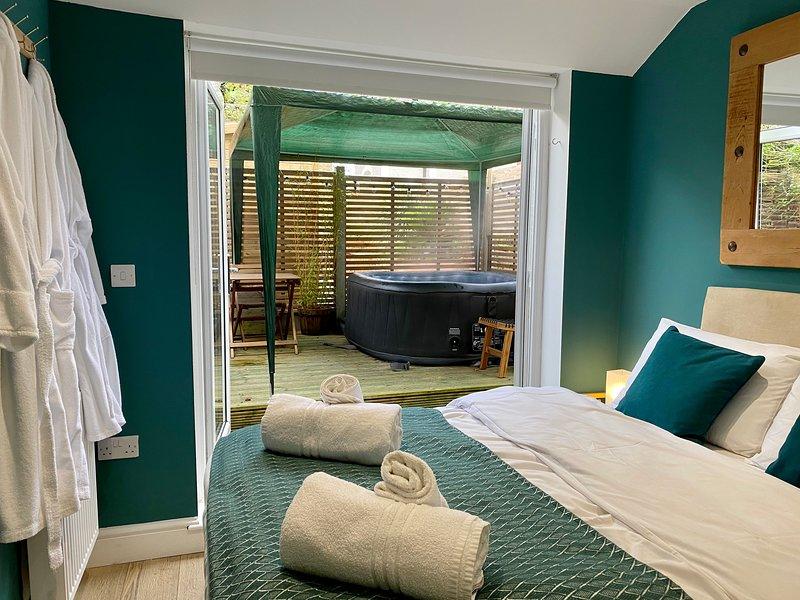 Stylish & Comfy | 5⭐️ Location with Hot Tub & Log Burner!, location de vacances à Margate
