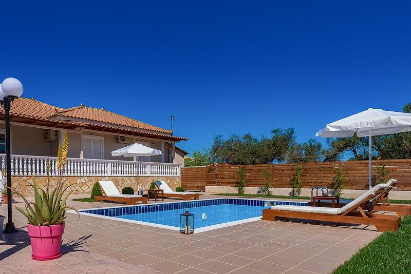 Zakynthos Villa Sleeps 8 with Air Con - 5823996, casa vacanza a Pefkakia