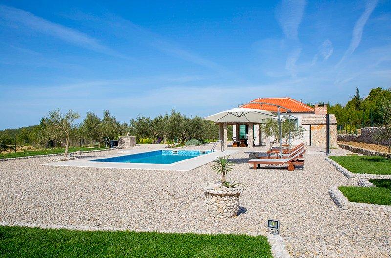 Kotisina Villa Sleeps 6 with Pool and Air Con - 5823567, casa vacanza a Marasi