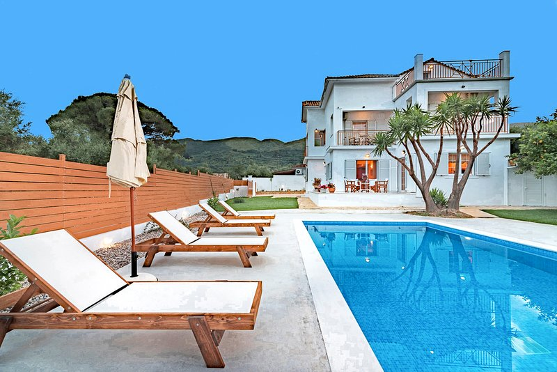 Vougiato Villa Sleeps 10 with Pool and Air Con - 5823947, holiday rental in Lagopodo