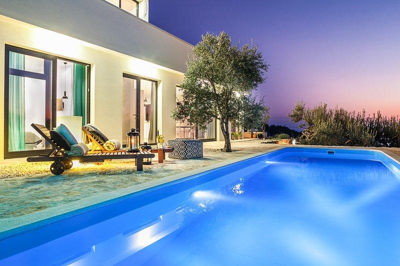 Kotisina Villa Sleeps 8 with Pool and Air Con - 5823562, casa vacanza a Marasi