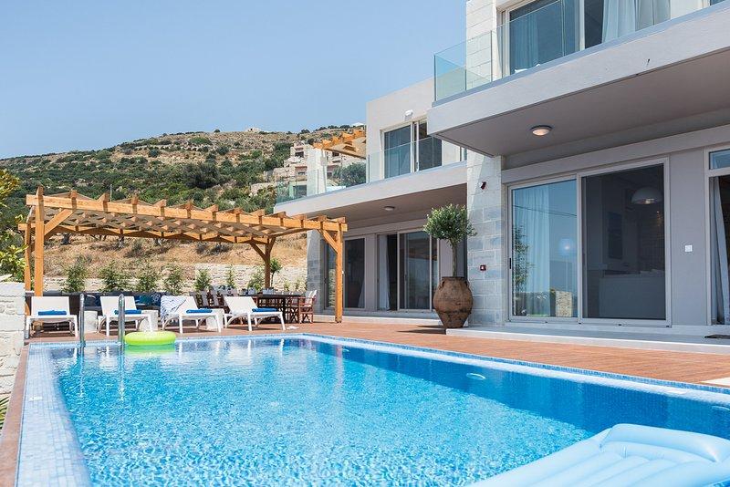 Kavousi Villa Sleeps 12 with Pool and Air Con - 5823546, location de vacances à Kavousi