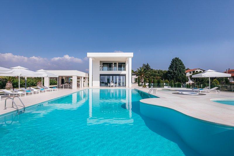 Nea Moudania Villa Sleeps 12 with Pool and Air Con - 5823544, location de vacances à Kalyves Polygyrou