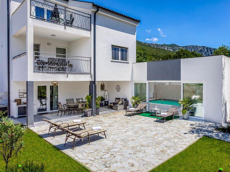 Susik Villa Sleeps 8 with Pool and Air Con - 5823252, vakantiewoning in Lic