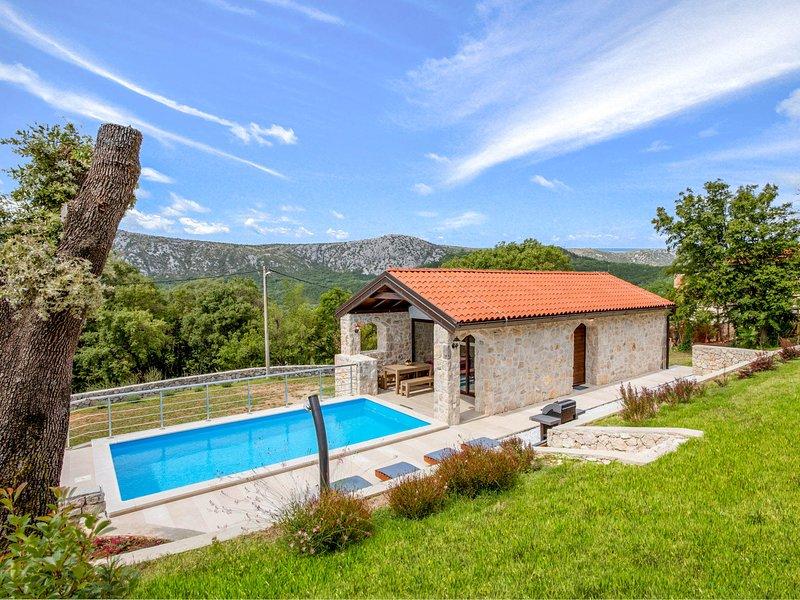 Drivenik Villa Sleeps 6 with Pool and Air Con - 5823249, vakantiewoning in Lic
