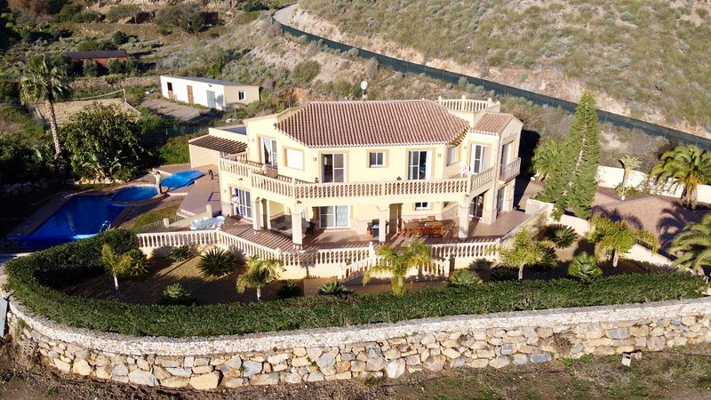 Villa Clairol (piscine chauffée, spa, air-co, Wi-Fi), aluguéis de temporada em Alfaix