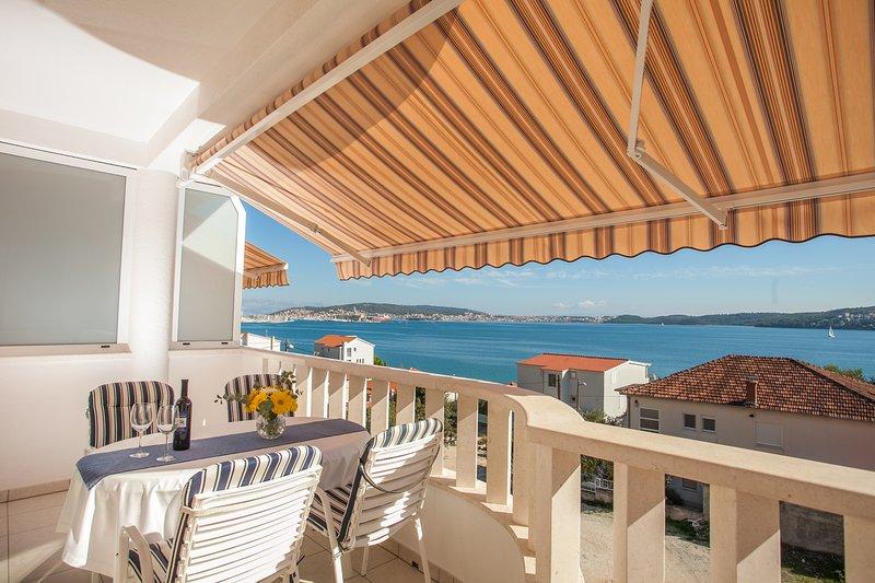 Lovely apt for 4, balcony, sea view, beach at 50m(Barbara A7), casa vacanza a Donji Seget
