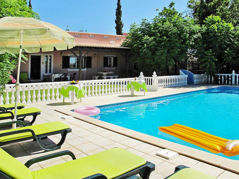 Paraiso Villa Sleeps 8 with Pool and Air Con - 5823573, holiday rental in Pechao