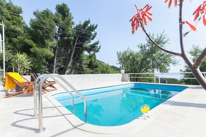 Kotisina Villa Sleeps 4 with Pool and Air Con - 5823560, casa vacanza a Marasi