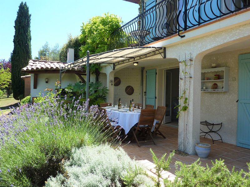 Garden apartment with shared pool in countryside setting near Limoux, holiday rental in Magrie