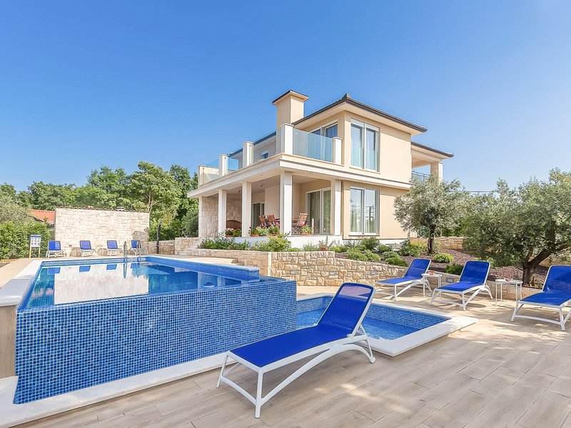 Ostrobradic Villa Sleeps 8 with Pool and Air Con - 5823242, holiday rental in Milovcici