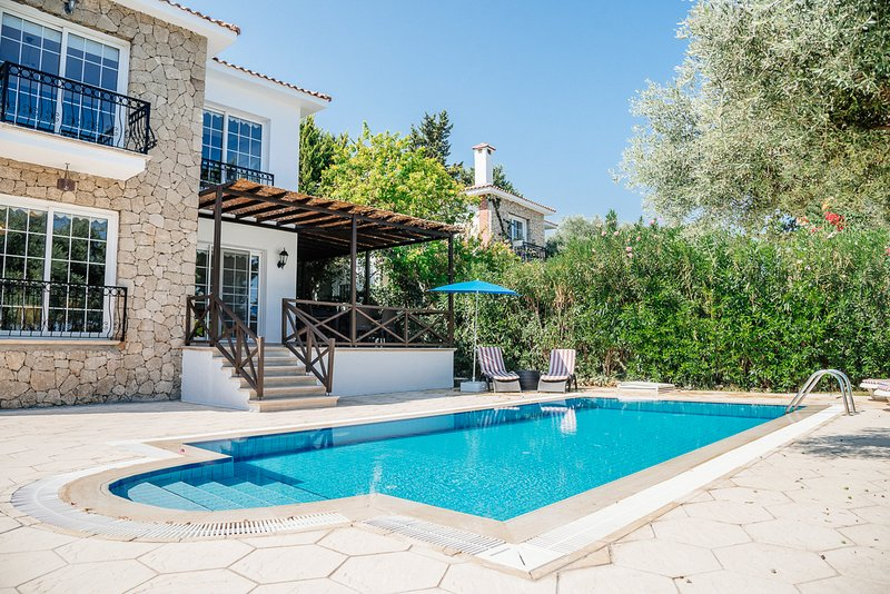 Trimithi Villa Sleeps 6 with Pool and Air Con - 5821016, location de vacances à Edremit (Trimithi)