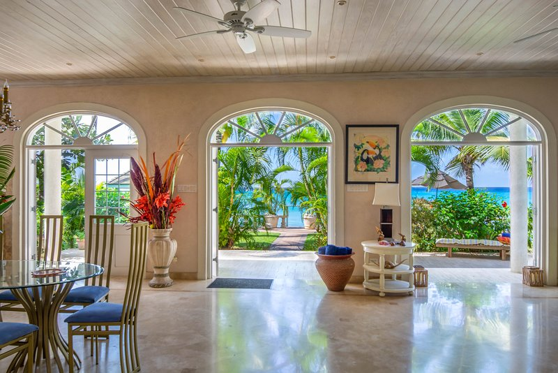 Ebb Tide Luxury beach front property .Includes,Chef , Maid & night security., location de vacances à Saint-James