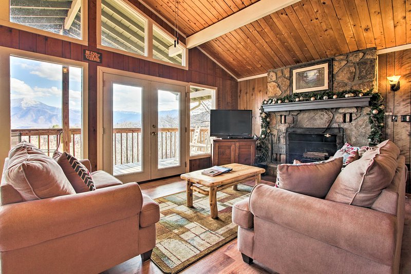 Mountain Views Await ~ Gatlinburg Cabin w/Hot Tub!, vacation rental in Gatlinburg