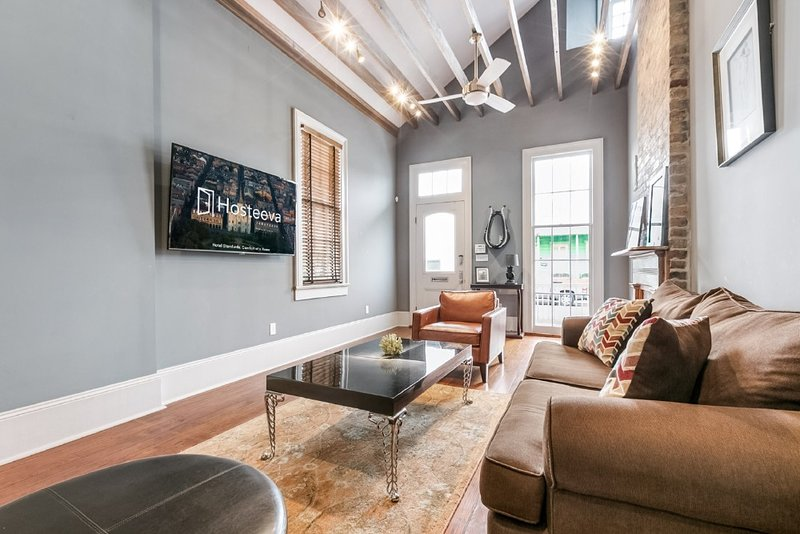 Hosteeva   2BR Double Steps to St. Charles Ave., alquiler vacacional en Nueva Orleans