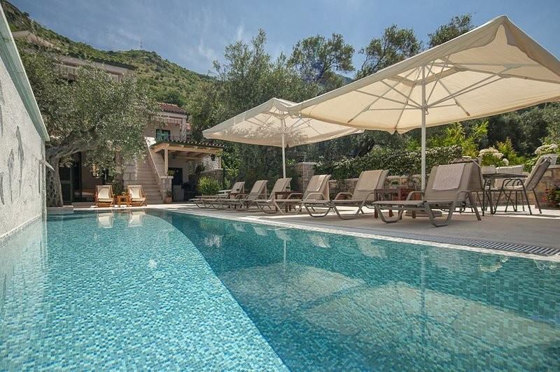 Sveti Stefan Town House Sleeps 7 with Pool and Air Con - 5818099, holiday rental in Sveti Stefan