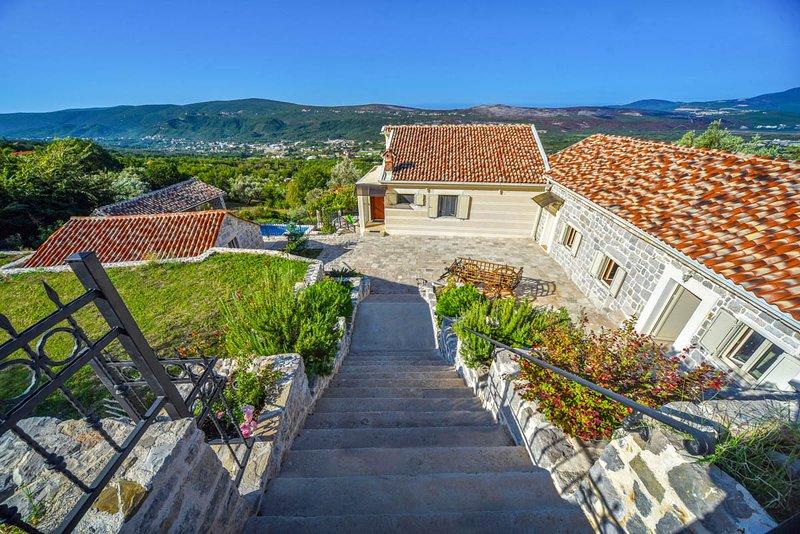 Tuzi Villa Sleeps 6 with Pool and Air Con - 5818058, holiday rental in Radanovici