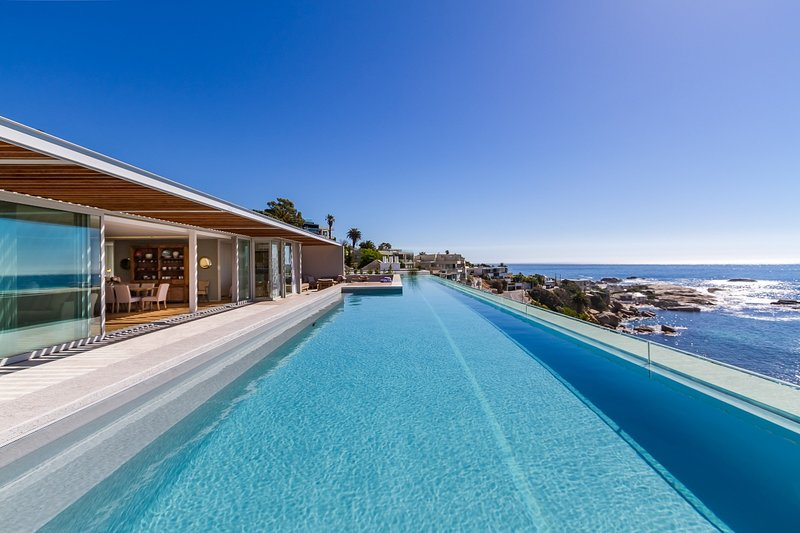 Bakoven Apartment Sleeps 6 with Pool and Air Con - 5400408, location de vacances à Camps Bay