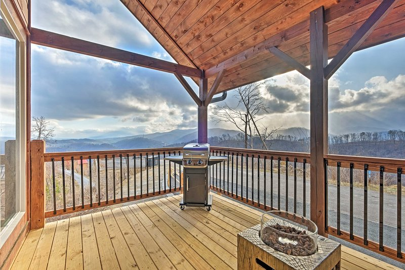 Lightning Bug Lookout: Luxury Mountain View Cabin!, vacation rental in Gatlinburg
