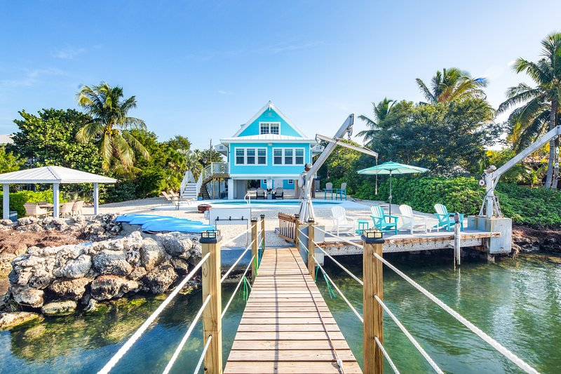 Gorgeous Gulf front home with dock, private pool, and gas grill!, holiday rental in Duck Key