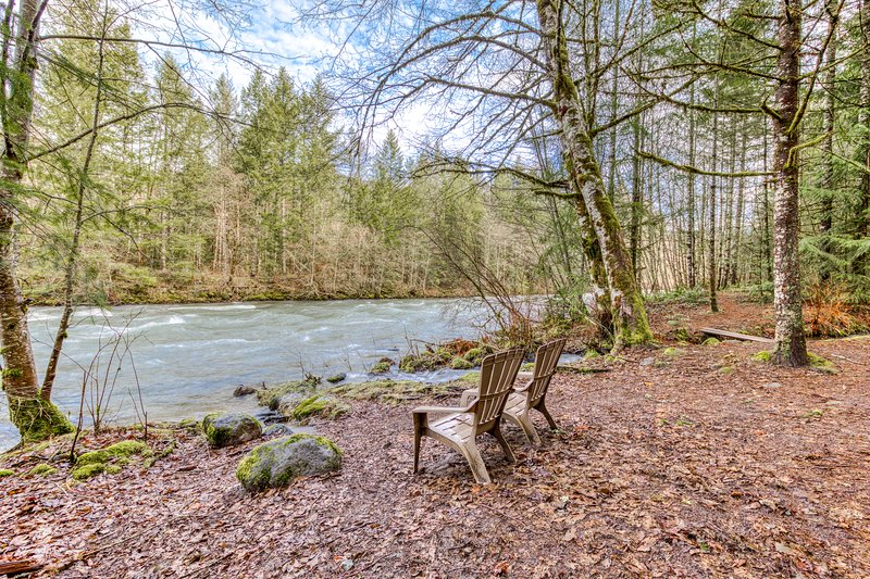 Find peace and tranquility at this riverfront Steiner cabin in the forest!, vacation rental in Welches