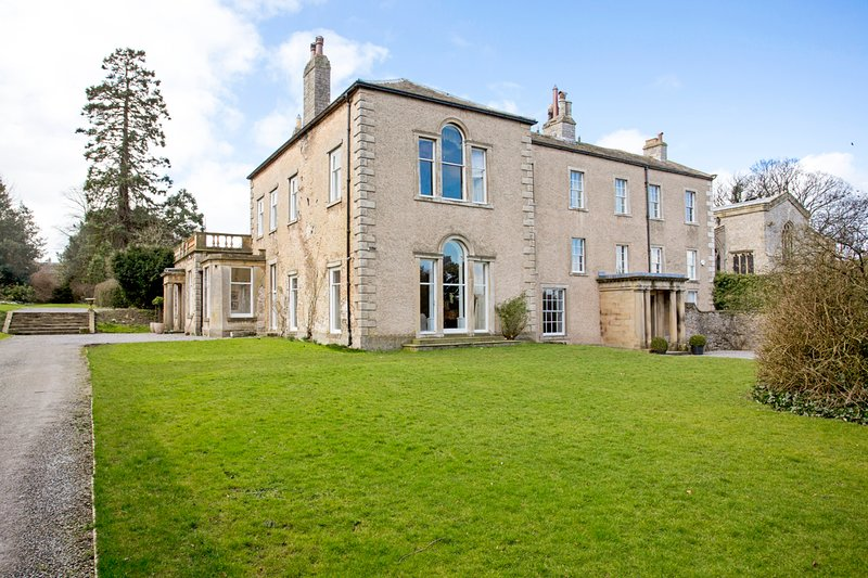 Bishop Middleham Villa Sleeps 26 - 5217621, location de vacances à East Witton
