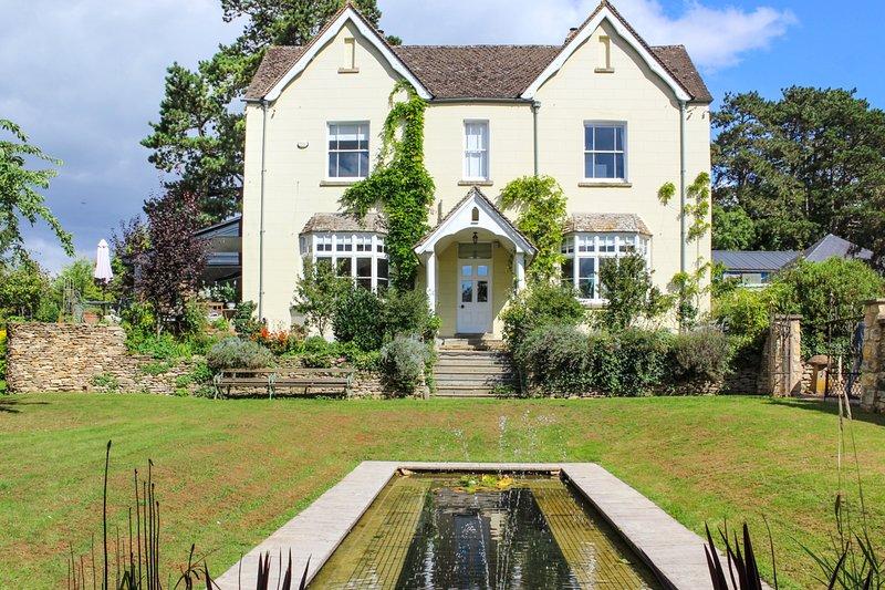 Painswick Chateau Sleeps 14 - 5696513, location de vacances à Bisley