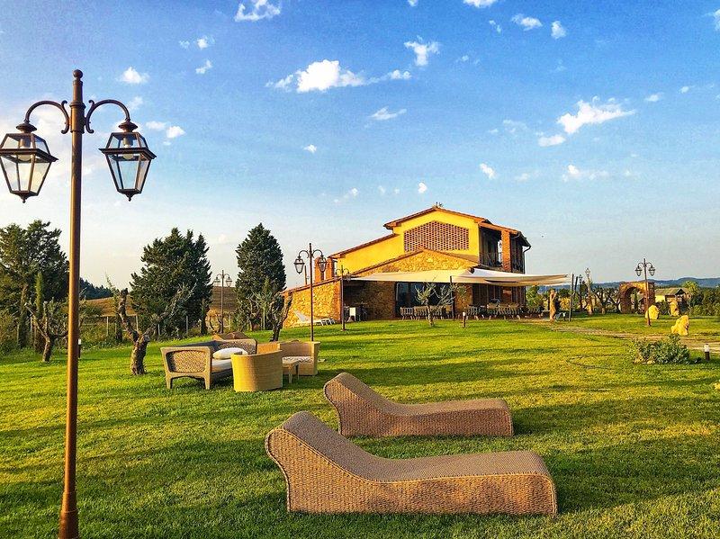 Montelopio Villa Sleeps 10 with Pool Air Con and WiFi - 5825613, Ferienwohnung in Montelopio