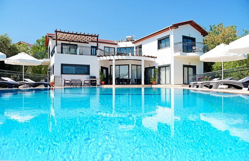 Motides Villa Sleeps 10 with Pool and Air Con - 5821015, location de vacances à Alsancak - Karavas