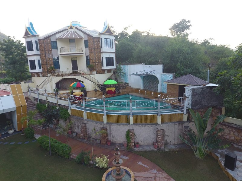 Sky Shine Luxury 5 star 5 br home with Pool & Stunning View, vacation rental in Udaipur District