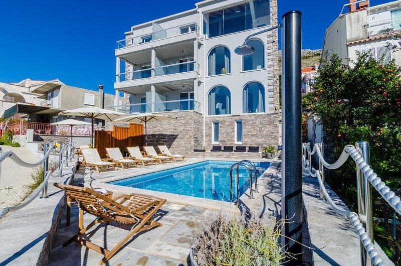 Villa Capitano - Two Bedroom Apartment with  Sea View (CRNI), location de vacances à Srebreno