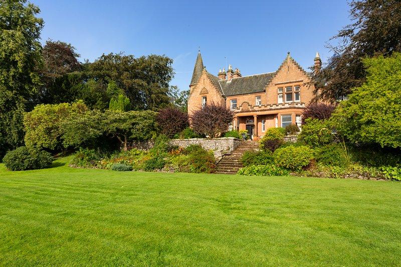 Lanark Chateau Sleeps 24 - 5217550 – semesterbostad i Biggar