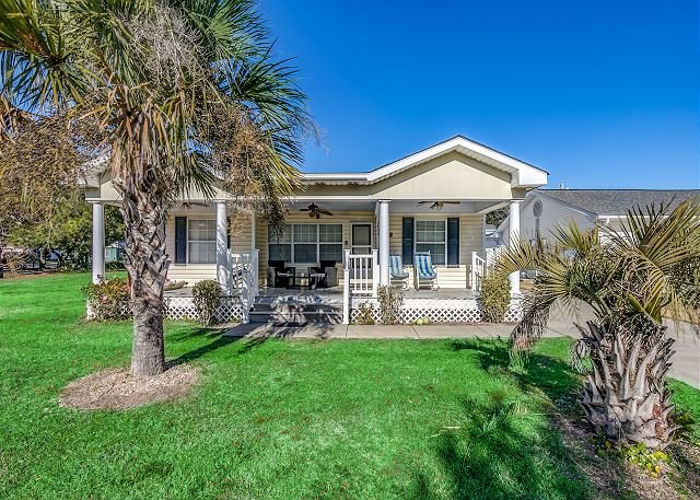 Private Beach House - 1 Block From The Beach + FREE DAILY ACTIVITIES!!!, casa vacanza a North Myrtle Beach