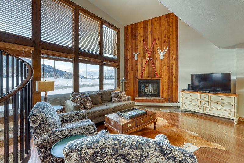 Upgraded condo w/ large windows, golf on-site, shared tennis, & basketball, alquiler vacacional en Eagle-Vail