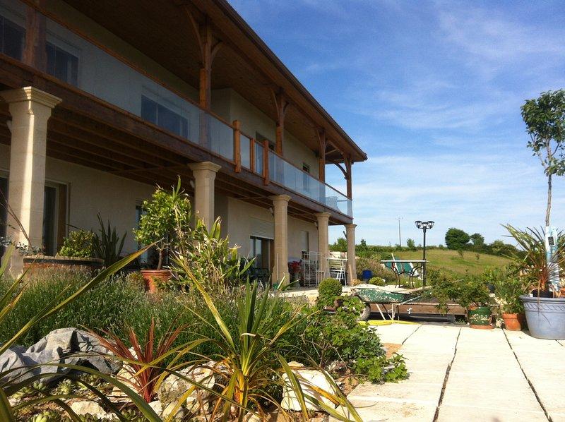 Gite organique, balneo pour 2 et sauna en bois de cèdre rouge, location de vacances à Mauvezin