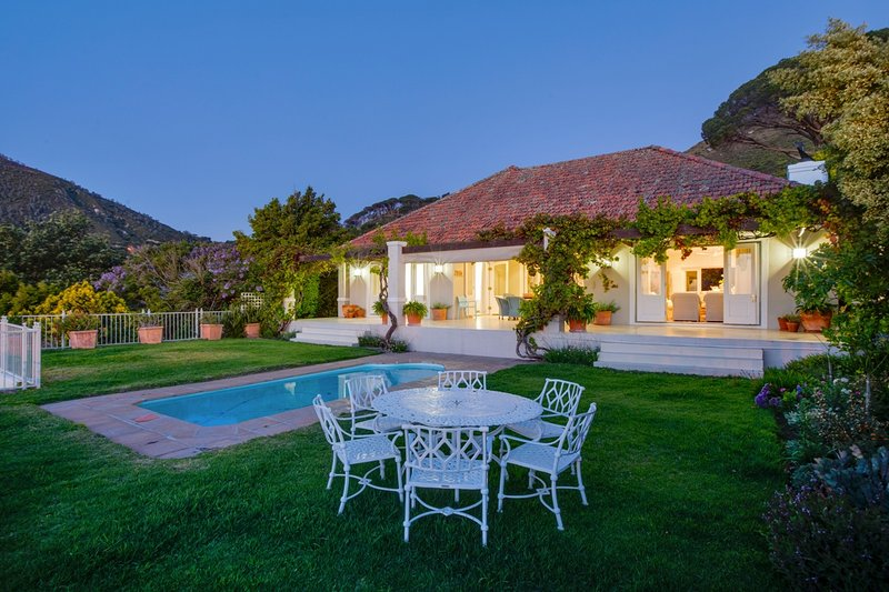 Bakoven Villa Sleeps 8 with Pool and Air Con - 5400404, location de vacances à Camps Bay