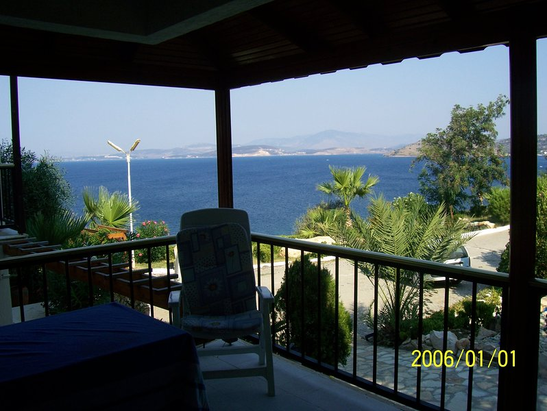 Izmir Beachfront Villa with amazing view of the Aegean Sea/Islands, vakantiewoning in Candarli