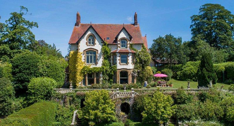 Chulmleigh Chateau Sleeps 18 with Pool - 5217575, casa vacanza a Chulmleigh